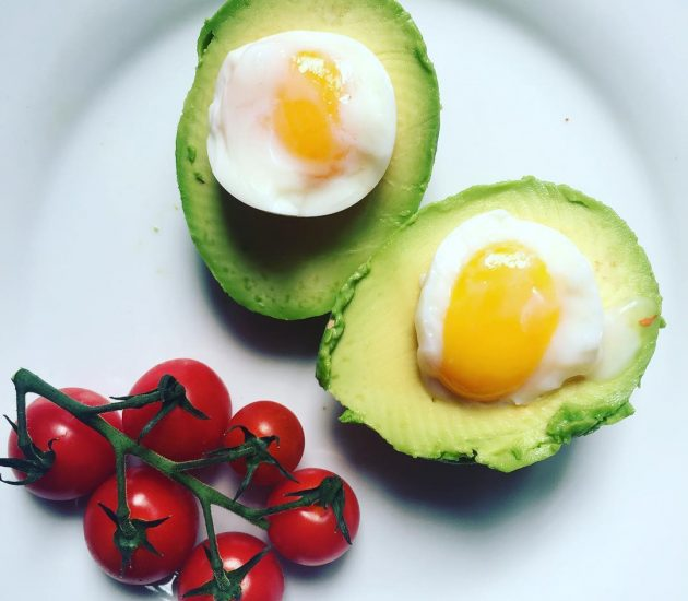 avocado-and-boiled-eggs-with-vine-tomatoes